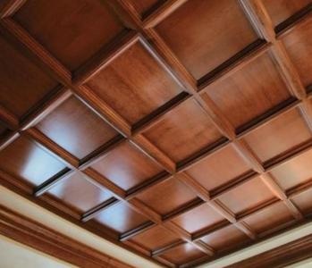 Потолок, отделанный натуральными панелями