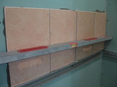 Плитка, положенная на гипсокартонную стену